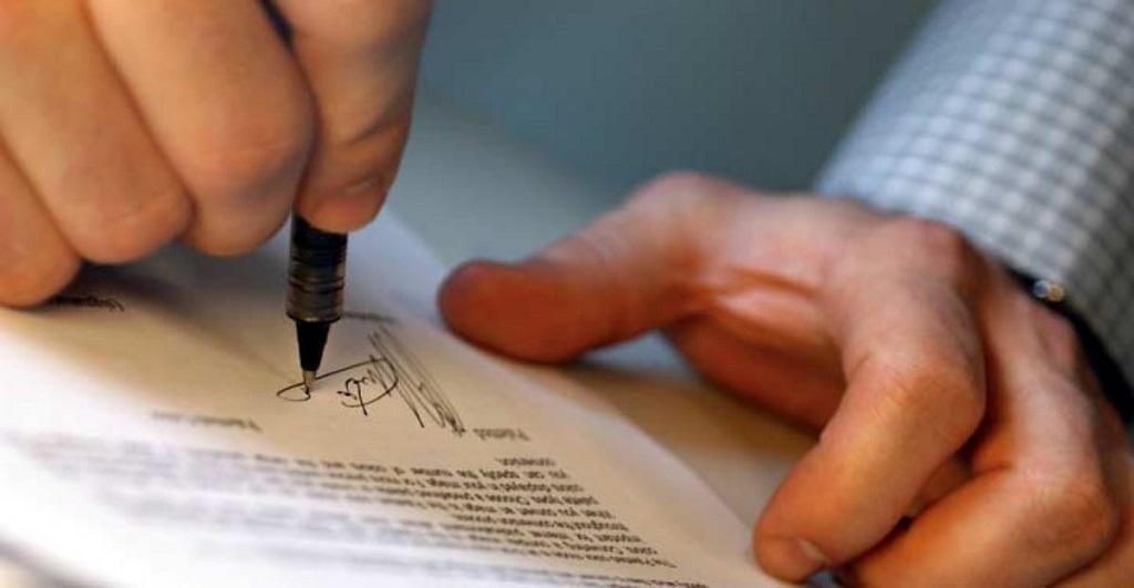 firmar un seguro